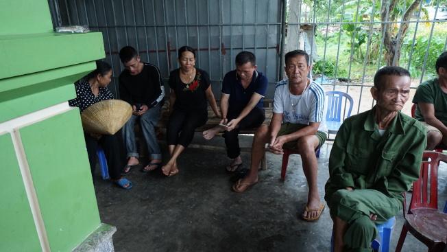 Bui Thi Nhung的家人和親戚坐在家門口焦急等待更多關於她的消息。(美聯社)