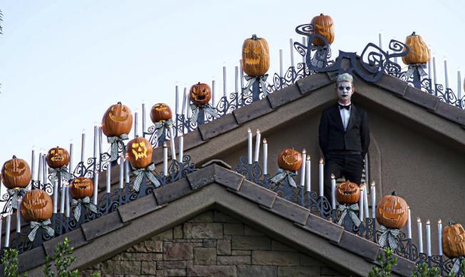 猶他州一位大學教授Josh Pedersen將自己的屋子大扮一番,致敬迪士尼的「幽靈公館(Haunted Mansion)」。(美聯社)