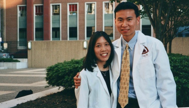 涂乃文和丈夫出席「白大褂頒授儀式」成為正式醫師。(涂乃文提供)