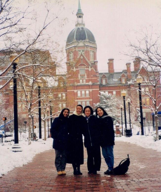 涂乃文(右一)和同學們站在霍普金斯醫院歷史悠久的穹頂前。(涂乃文提供)