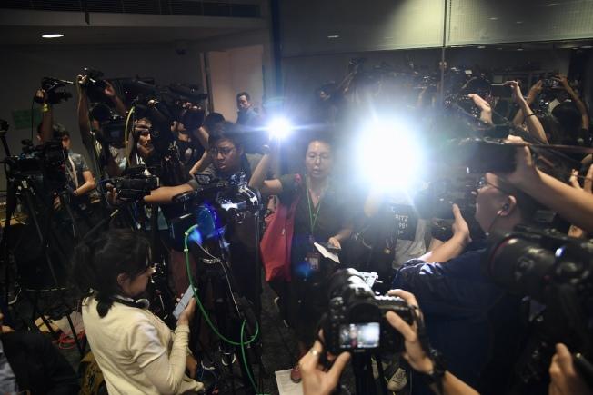 港警暴力阻采访警方记者会女记者模仿强光照射