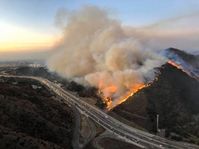 蓋蒂大火29日白天,繼續沿著405號公路吞噬山林和住宅。(洛縣消防局提供)