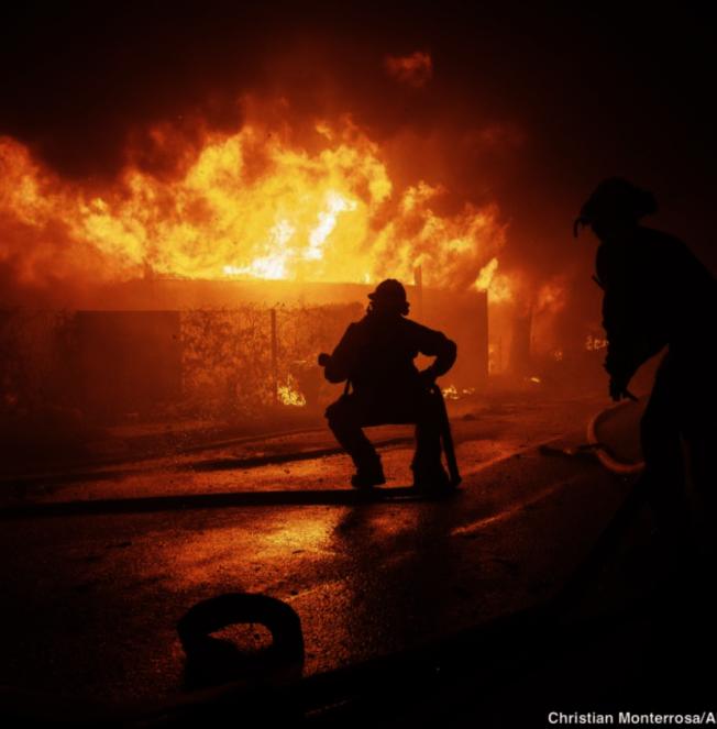 南加州乾燥天氣迎來迄今最強勁的聖塔安那焚風,28日在洛杉磯西邊竄起兩起大火:「蓋蒂大火(The Getty Fire) 」及「橡樹大火(Oat Fire)」。(美聯社)
