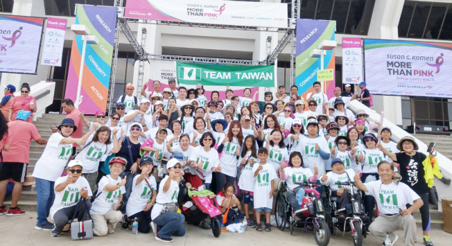 北美台灣婦女會南加分會以「Team Taiwan」隊名,參加日前主流團體在新港灘舉辦的防治乳癌募款健走活動。(北美台灣婦女會南加分會提供)