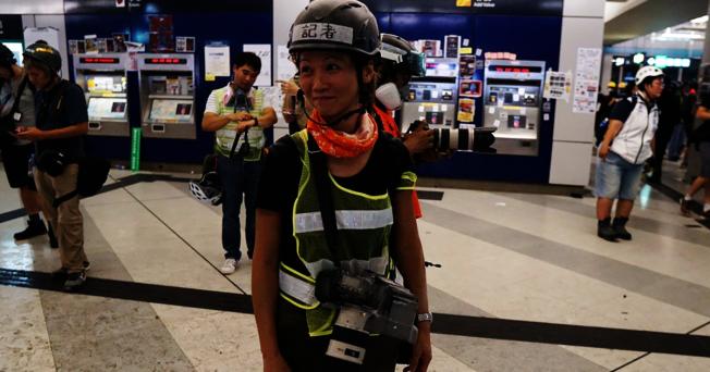 網媒HKFP攝影記者May James警員以阻差辦公拘捕。(取材自tom grundy twitter)