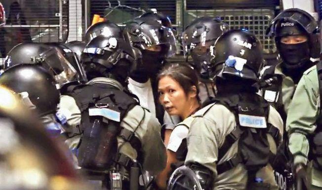 網媒《HKFP》自由攝影記者May James(中),27日在旺角採訪期間被警員截查,她與警員理論後,涉阻差辦公被捕。(圖:記協提供)
