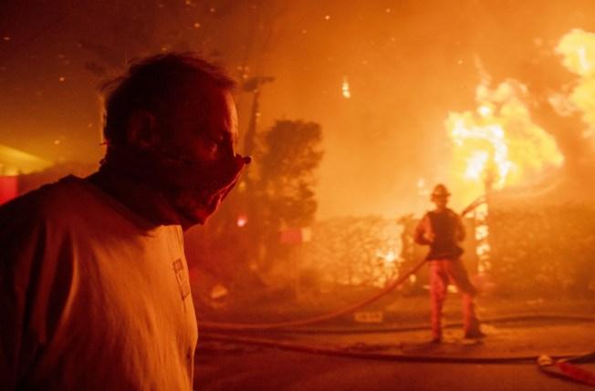 美國加州野火災情再擴大,除了原本南北兩場大型野火外,28日凌晨第三起野火在知名博物館蓋蒂中心(Getty Center)旁的405號公路上爆發,導致NBA球星「詹皇」等人都必須撤離。美聯社