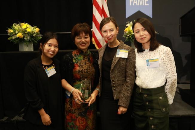 馬州蒙郡商業名人堂(MCBHOF)舉行第八屆名人堂頒獎典禮,來自台灣的一代移民女企業家張潔心(左二)創造歷史,成為首位入選的亞裔企業家。(記者羅曉媛/攝影)