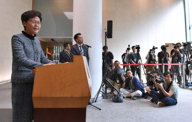 特首林鄭月娥(左)29日強調,陳同佳在香港已是自由身,港府無法再押送他到其他地方。(中新社)