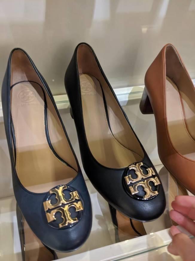 Tory Burch小羊皮包頭鞋在台灣專櫃要價破萬。(記者蕭永群/攝影)