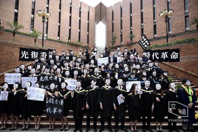 理大學生會認為校長此舉喪失風度,發起「快閃校園畢業典禮」反擊校長的舉動。 取材自臉書