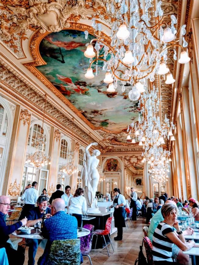奧賽美術館二樓餐廳,最大賣點是鍍金、鑲著浮雕及一大片壁畫的天花板,及上面垂吊的華麗水晶燈,在此用餐或喝咖啡,好像在皇宮一樣。記者張錦弘/攝影