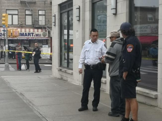 肇事司機(左二)留在現場向警方說明情況。(記者黃伊奕/攝影)