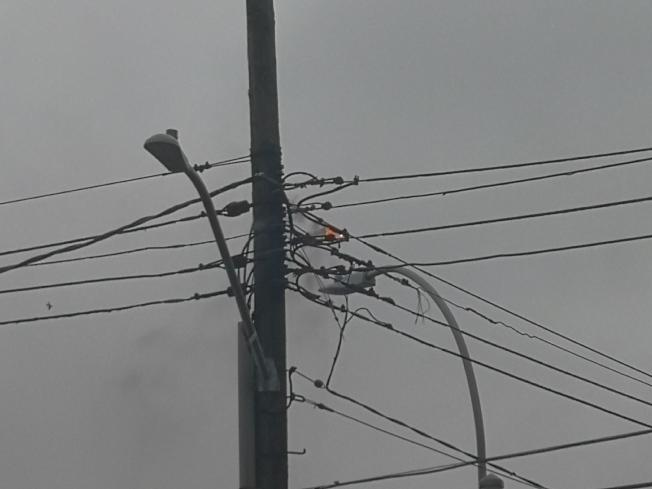 高壓電線起火。(記者黃伊奕/攝影)