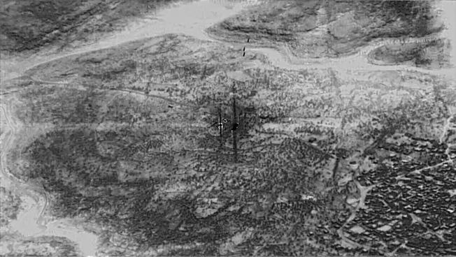 圖為無人機拍攝巴格達迪住處被精靈炸彈擊中(標示處),冒出濃煙。(歐新社)