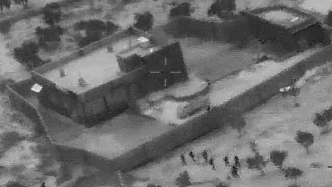無人機拍攝的畫面顯示,美軍特種部隊(圖下方)準備攻擊巴格達迪住所。(歐新社)