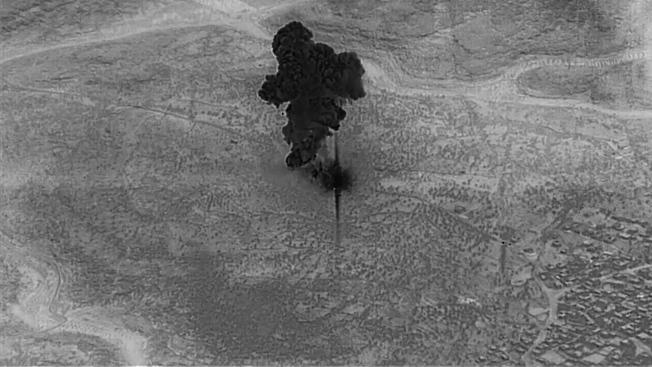 美國國防部公布首支獵殺巴格達迪的錄影帶,圖為無人機拍攝巴格達迪住處被精靈炸彈擊中,冒出濃煙。(歐新社)