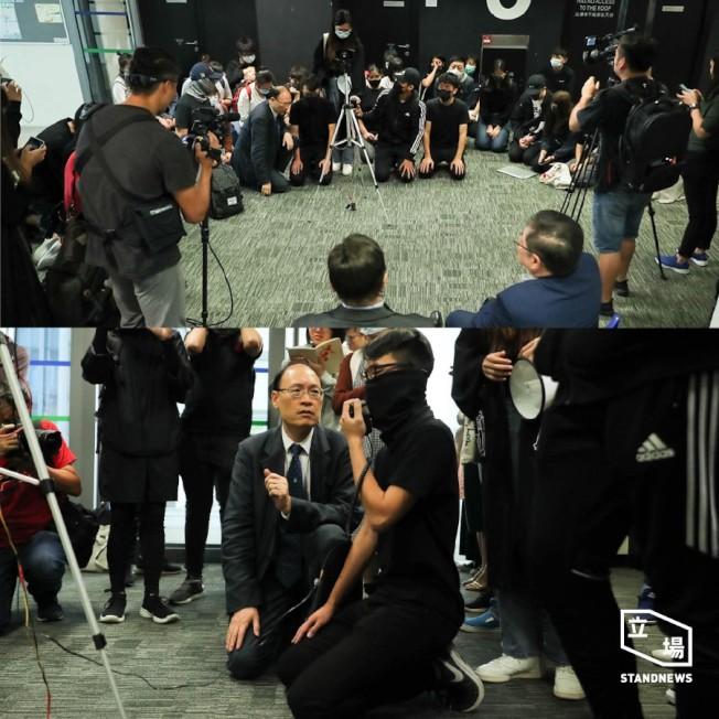 香港公開大學學生集體下跪求校方,聲援學生,譴責港警暴行。  (取材自立場新聞臉書)
