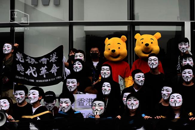 理工大學學生戴起面具並裝扮成小熊維尼抗議。(取材自立場新聞)