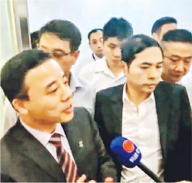 港大校長張翔(左)30日在校園出席會議後被學生包圍,指他迴避學生,要求公開對話。張稱會考慮。(港大campus TV截圖)