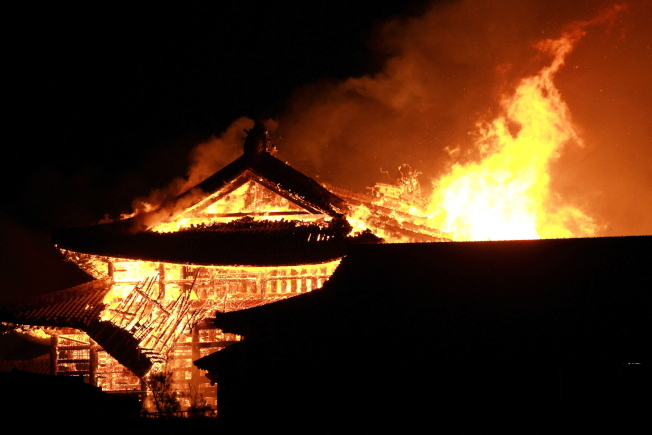 31日凌晨位於沖繩那霸市的首里城突然起火,正殿、北殿、南殿等全部燒毀。(歐新社)
