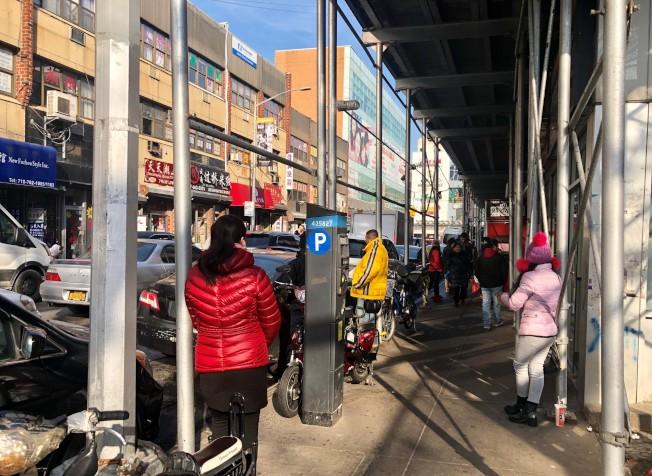 在紐約市皇后區法拉盛街頭,白天和夜晚都有按摩女攬客。(記者朱蕾/攝影)