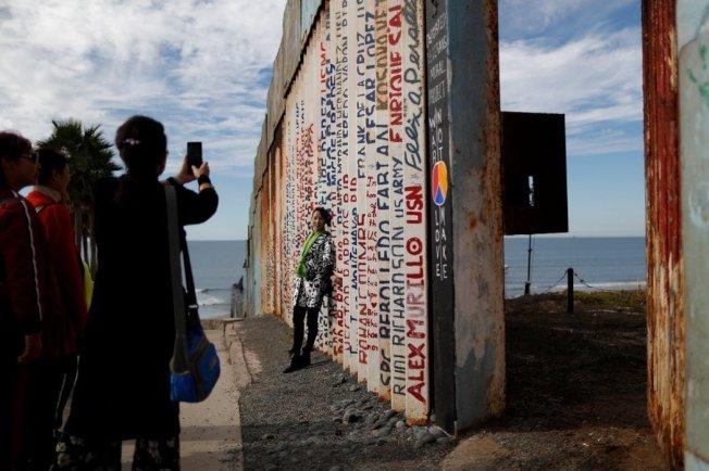 美墨邊界牆也成為中國觀光客到此一遊的拍照景點。 (路透)
