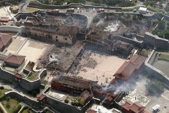 日本沖繩那霸市登記為世界遺產的首里城今天凌晨發生大火,正殿、南北殿等主要建築全燒毀,珍藏的許多琉球王國時代以來的貴重品也燒毀。警方明天將到火災現場調查。Getty Images