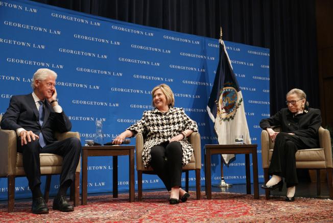 前總統柯林頓夫婦(左、中)在喬治城大學法學院出席大法官金斯柏(右)的講座。(美聯社)