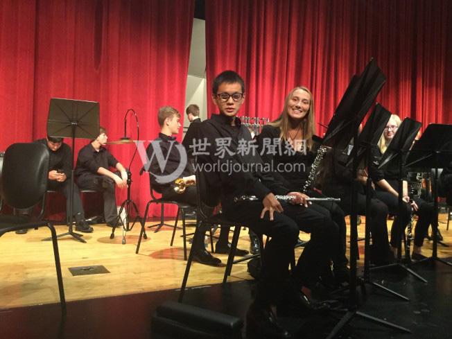 國福亮是學校樂團的長笛手,旁為妹妹卡洛琳。(瑟爾比家庭提供)
