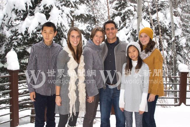 國福亮(左起)、姐姐漢娜、媽媽克莉絲汀、爸爸崔瑞斯、小妹愛麗斯、大妹卡洛琳全家福。(瑟爾比家庭提供)