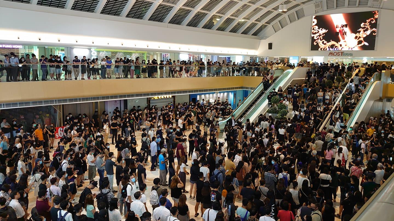 上千名香港人聚集在馬鞍山的「新港城中心」以及荃灣,同聲宣讀《香港臨時政府宣言》。(取自字悠野Facebook帳號)