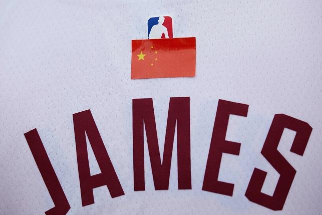 在NBA中國賽,有中國球迷在詹姆斯的球衣貼上中國國旗。(Getty Images)