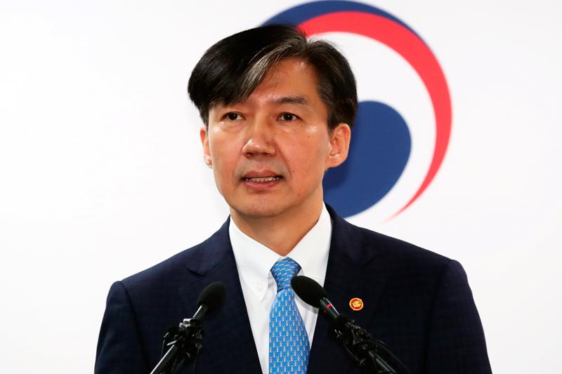 遭家族腐敗醜聞纏身的南韓法務部長曹國在14日閃辭,這對一手提拔他的南韓總統文在寅來說,是個重大打擊。美聯社