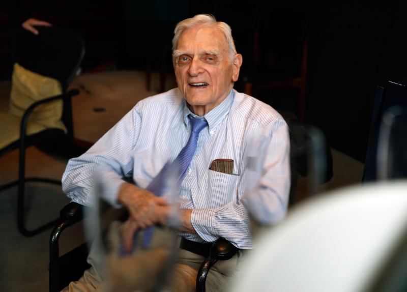 97歲的德裔美籍學者古迪納夫,成為歷來諾貝爾獎最高齡獲獎者。美聯社
