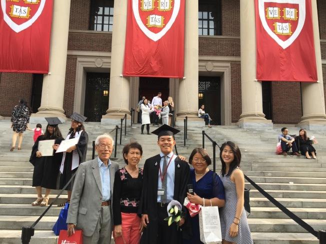 王德龍和家人們歡喜出席哈佛大學畢業典禮。(王德龍提供)