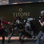 裝甲車水炮車戒備 香港防暴警及速龍小隊驅散群眾