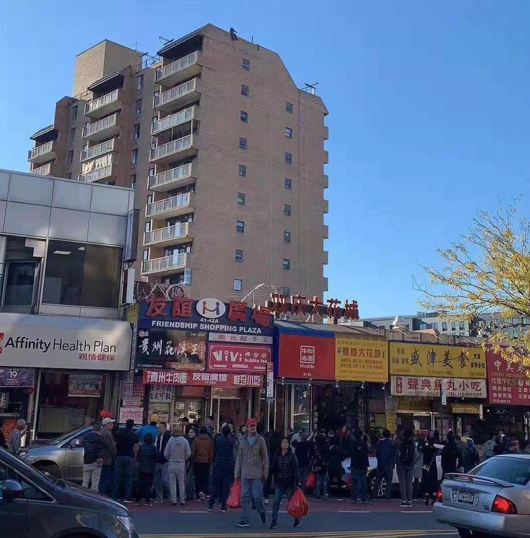 紐約法拉盛一棟大樓,樓上傳有民眾要跳樓 ,警方已趕至現場救援。記者朱蕾/攝影