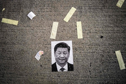 港警10月1日驅逐示威民眾後,街頭散落一張中國國家主席習近平的照片。(Getty Images)