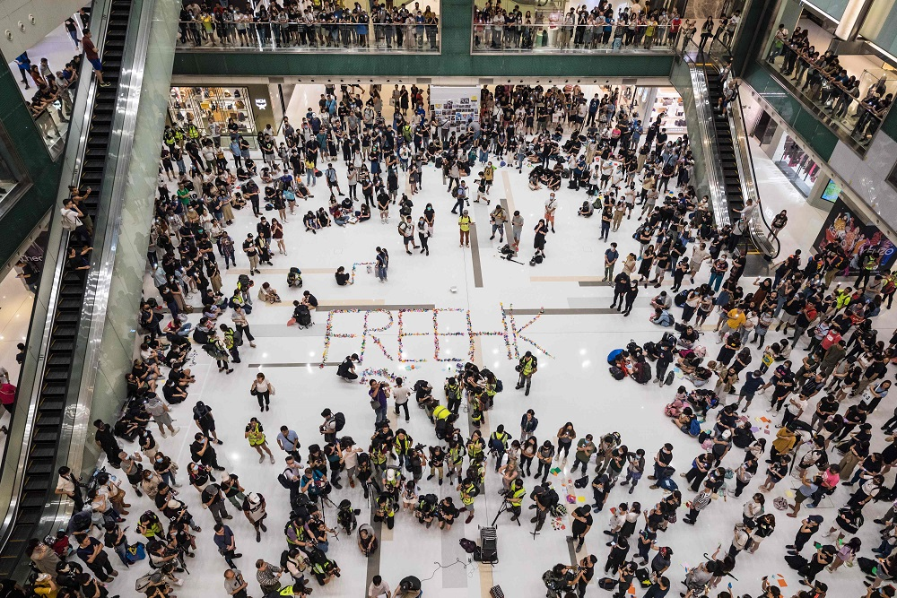 部分香港民眾12日集結在沙田一處購物中心廣場,表達爭取自由的訴求。(Getty Images)