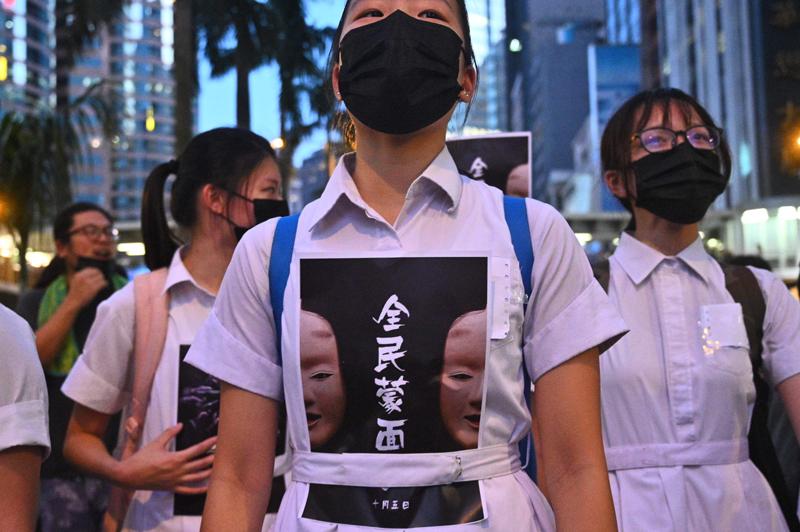 香港行政長官林鄭月娥4日宣布5日起正式實施「禁蒙面法」後,香港多地出現戴著口罩的示威者聚集抗議。Getty Images