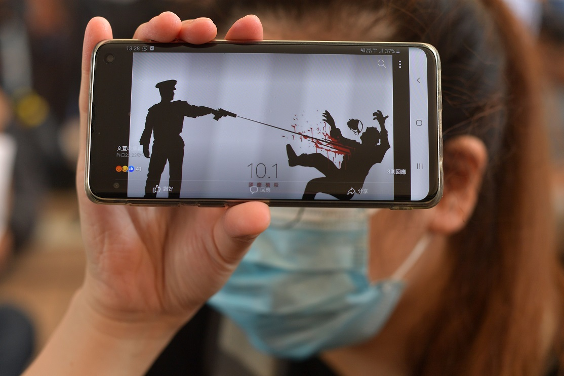 一名港人的手機螢幕。(Getty Images)