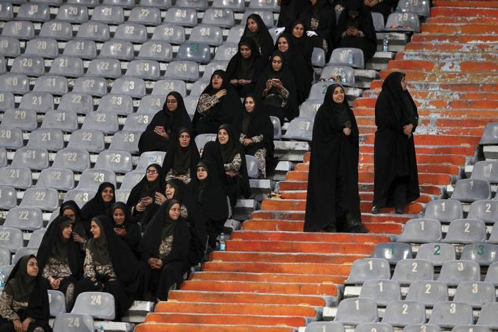 伊朗女性40年來首次在首都德黑蘭國家體育場觀看國家足球隊比賽。(美聯社)
