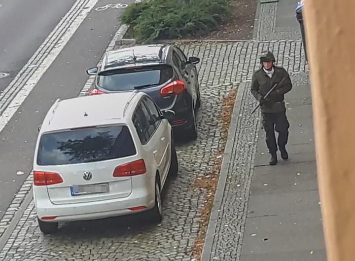 德國東部城市哈雷(Halle)當地的ATV-Studio拍攝到一男子持槍行走在外的畫面。9日,哈雷一座猶太會所外發生槍擊案。(Getty Images)