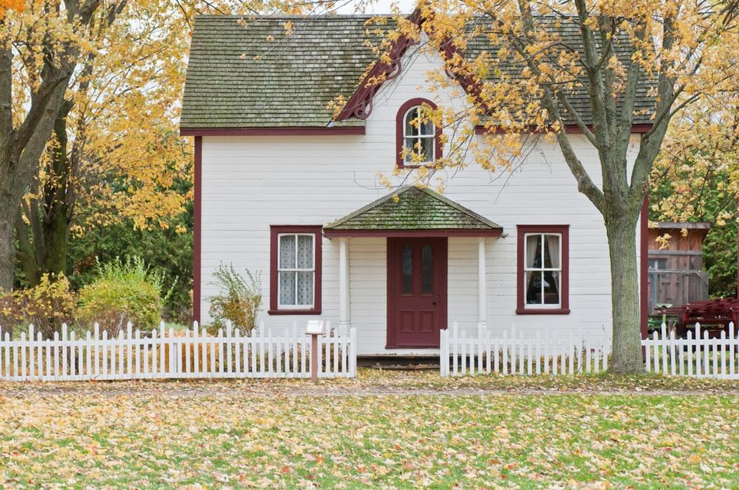 銀行為確保房屋有保險。會將保費加在屋主月付金裡,這是法律所允許的。(Photo by Scott Webb on Unsplash)