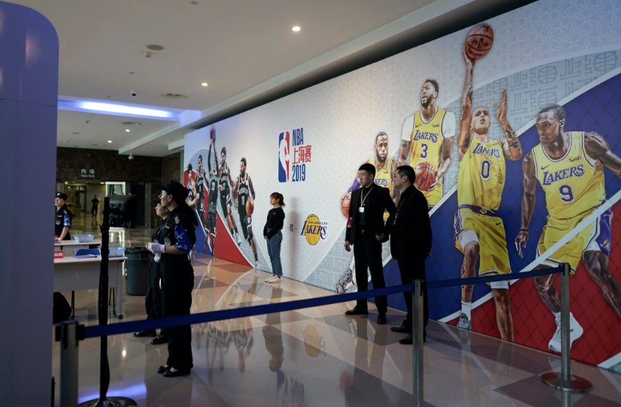2019年NBA中國賽首站10日在上海舉行,歷經火箭隊總經理莫雷的言論事件後,主辦方再低調取消原定的賽前與賽後記者會,這意味NBA總裁席佛不會出面受訪。 美聯社