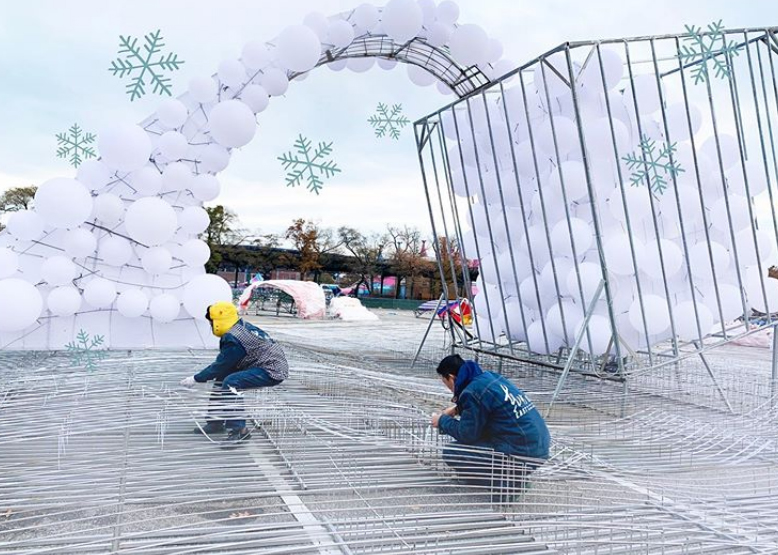藝術家團隊已在花旗球場前,為Hello Panda Festival作行前準備作業。(取材自Hello Panda Festival的Instagram)