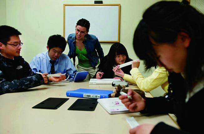 中國父母為了培養子女,不辭辛勞掙錢將孩子送出國讀書。(美聯社)