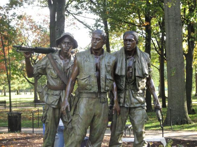 當年為了平息爭議,又請來競圖第三名的Frederick Hart設計了「三士兵銅像」。林瓔拒絕出席銅像的落成典禮。