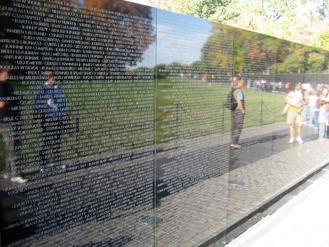 紀念碑上原有5萬7939個在越戰中死亡或是失踪的人名,如今已增添到5萬8320個。